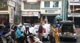 Aksi karyawan Bank Bukopin Syariah (BSB) cabang Bukittinggi saat berbagi takjil di depan Kantor BSB (Jl. Perintis Kemerdekaan No. 16) pada Rabu (15/6/2016). (ist)