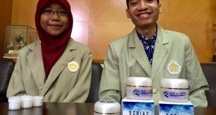 Mahasiswa UGM melihatkan obat yang mereka ramu dari lendir lele untuk menyembuhkan luka diabetes. Foto:KRJogja