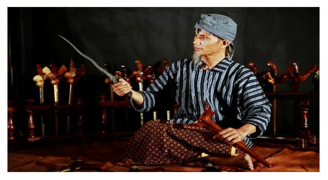 Ilustrasi: ahli duwung sedang menayuh keris.