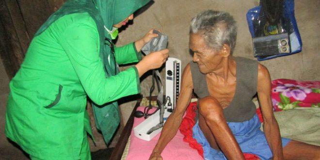Pak Kyar sedang diperiksa oleh tim kesehatan RS Aka Sribhawono. Foto: Ist